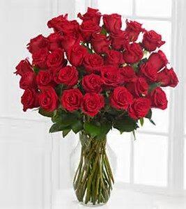 jarron cristal con 36 rosas rojas