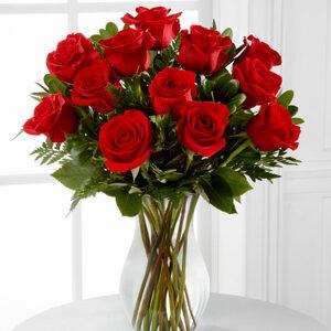 jarron de cristal con 24 rosas rojas
